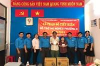 Trao sổ tiết kiệm hỗ trợ 02 hộ nghèo phường 8 quận 3