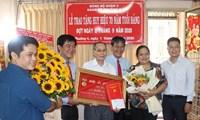 Quận ủy quận 3 trao huy hiệu đảng cho các đảng viên cao tuổi tại phường 4