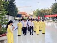 Trường THPT Nguyễn Thị Minh Khai viếng, dâng hương Đài Liệt sĩ quận 3
