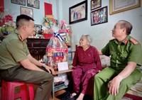 Công an quận 3 thăm và chúc tết Mẹ Việt Nam anh hùng